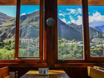 Ξύλινο εσωτερικό εστιατορίων με την άποψη φύσης στοκ φωτογραφία