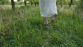 Ξυπόλυτα θηλυκά πόδια που τρέχουν την άνοιξη τον οπωρώνα