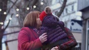 Οικογένεια τριών γενεών των χαμογελώντας γυναικών που συναντιούνται στην πόλη και το αγκάλιασμα οικογενειακά καρύδια έννοιας σύνθ φιλμ μικρού μήκους