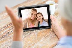 Οικογένεια που έχει την τηλεοπτική κλήση στον υπολογιστή ταμπλετών στοκ φωτογραφία με δικαίωμα ελεύθερης χρήσης