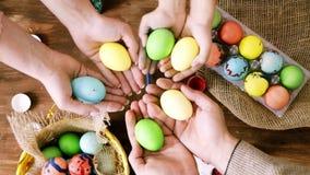 Οικογένεια που κατασκευάζει συγχρόνως τα αυγά Πάσχας στο πλαίσιο της κινηματογράφησης σε πρώτο πλάνο καμερών απόθεμα βίντεο