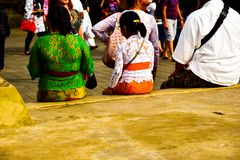 Οικογένεια που φορά τον παραδοσιακό τοπικό ιματισμό που περιμένει στο ναό στοκ φωτογραφίες