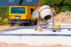 Οικοδόμηση ενός σπιτιού και ενός συγκεκριμένου αναμίκτη στα θεμέλια του σπιτιού στοκ φωτογραφία με δικαίωμα ελεύθερης χρήσης