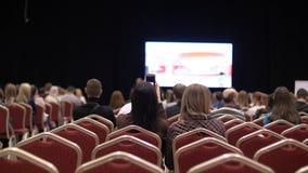 Οι άνθρωποι ακούνε την παρουσίαση η αίθουσα συνδιαλέξεων υποστηρίξτε την όψη Κενές έδρες φιλμ μικρού μήκους