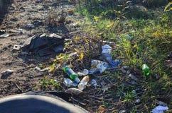 Οι άνθρωποι ρίχνουν τα απόβλητα και τα απορρίματα στην οδό οικολογική περιβαλλοντική ρύπανση φωτογραφιών κρίσης περιβαλλοντικός στοκ εικόνα με δικαίωμα ελεύθερης χρήσης