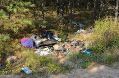 Οι άνθρωποι ρίχνουν τα απόβλητα και τα απορρίματα στην οδό οικολογική περιβαλλοντική ρύπανση φωτογραφιών κρίσης περιβαλλοντικός στοκ φωτογραφία με δικαίωμα ελεύθερης χρήσης