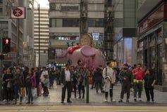 Οι άνθρωποι περιμένουν τους φωτεινούς σηματοδότες στοκ φωτογραφίες