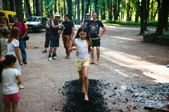 Οι άνθρωποι πηγαίνουν γύρω από τους άνθρακες σε ένα φεστιβάλ στο Τσερκάσυ Ουκρανία, στις 10 Ιουνίου 2018 στοκ εικόνες
