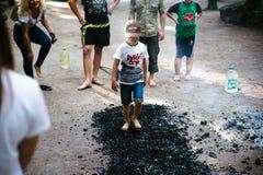 Οι άνθρωποι πηγαίνουν γύρω από τους άνθρακες σε ένα φεστιβάλ στο Τσερκάσυ Ουκρανία, στις 10 Ιουνίου 2018 στοκ φωτογραφία με δικαίωμα ελεύθερης χρήσης