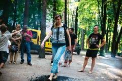 Οι άνθρωποι πηγαίνουν γύρω από τους άνθρακες σε ένα φεστιβάλ στο Τσερκάσυ Ουκρανία, στις 10 Ιουνίου 2018 στοκ εικόνες με δικαίωμα ελεύθερης χρήσης