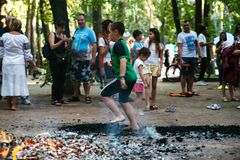 Οι άνθρωποι πηγαίνουν γύρω από τους άνθρακες σε ένα φεστιβάλ στο Τσερκάσυ Ουκρανία, στις 10 Ιουνίου 2018 στοκ εικόνα με δικαίωμα ελεύθερης χρήσης