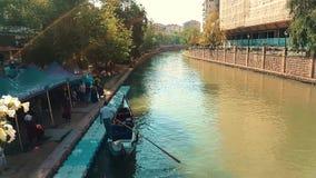 Οι άνθρωποι που περιμένουν τη γόνδολα περιοδεύουν στον ποταμό Porsuk, Εσκί Σεχίρ απόθεμα βίντεο