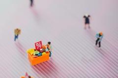 Οι αγοραστές αγοράζουν τα αγαθά στην πώληση στοκ φωτογραφία