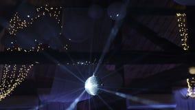 Οι ακτίνες του φωτός που απεικονίζει από τη σφαίρα disco, φωτίζουν τον καπνό Περιστροφή σφαιρών Disco άνευ ραφής με τις φλόγες στ απόθεμα βίντεο