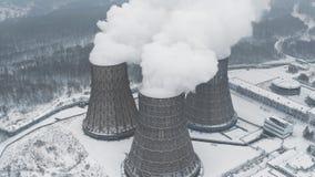 Οι βιομηχανικοί σωλήνες σωρών καπνού μολύνουν τον αέρα με τις τοξικές εκπομπές Πρόβλημα οικολογίας απόθεμα βίντεο
