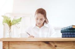 Οι γυναίκες φορούν τα άσπρα πουκάμισα και πίνουν τον καφέ στοκ φωτογραφία