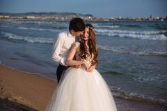 Οι εραστές newlyweds εξετάζουν ο ένας τον άλλον και ξοδεύουν το χρόνο μαζί στην ωκεάνια παραλία στοκ εικόνα με δικαίωμα ελεύθερης χρήσης