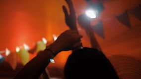 Οι ευτυχείς νέοι χορεύουν στη λέσχη απόθεμα βίντεο
