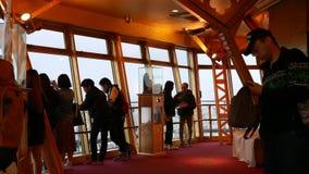 Οι επισκέπτες κοιτάζουν από τα παράθυρα στην πλατφόρμα παρατήρησης της Οζάκα στον πύργο Tsutenkaku απόθεμα βίντεο