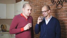 οι επιχειρησιακοί συνάδελφοι συζητούν τις νέες ιδέες κινητό γραφείο Το άτομο πίνει το τσάι και συζητά κάτι με έναν φίλο απόθεμα βίντεο