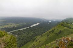 οι ημέρες altai διαρκούν το καλοκαίρι βουνών ποταμός Ρωσία Σιβηρία περιοχών altai katun στοκ εικόνες με δικαίωμα ελεύθερης χρήσης