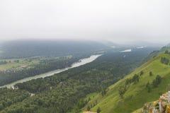 οι ημέρες altai διαρκούν το καλοκαίρι βουνών ποταμός Ρωσία Σιβηρία περιοχών altai katun στοκ εικόνα
