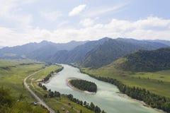οι ημέρες altai διαρκούν το καλοκαίρι βουνών ποταμός Ρωσία Σιβηρία περιοχών altai katun στοκ φωτογραφίες με δικαίωμα ελεύθερης χρήσης
