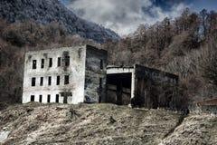 Οι καταστροφές του τριώροφου σπιτιού βουνών με το υπόστεγο στοκ εικόνα με δικαίωμα ελεύθερης χρήσης