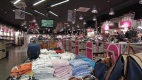 Οι κινήσεις καμερών επάνω από τα παπούτσια και παρουσιάζουν κατάστημα μόδας φιλμ μικρού μήκους