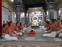 Οι νέοι ιερείς τραγουδούν στο Ramana Ashram σε Tiruvanamalai στην Ινδία Ασία στοκ εικόνα