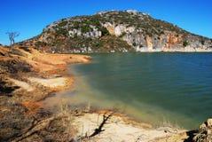 Οι δύσκολοι λόφοι από τη λίμνη στοκ εικόνα με δικαίωμα ελεύθερης χρήσης