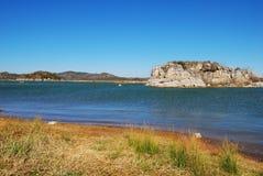 Οι δύσκολοι λόφοι από τη λίμνη στοκ φωτογραφία με δικαίωμα ελεύθερης χρήσης