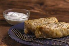 οι ρόλοι λάχανων γέμισαν με το επίγεια βόειο κρέας και το ρύζι που εξυπηρετήθηκαν σε ένα άσπρο πιάτο σε έναν παλαιό αγροτικό πίνα στοκ εικόνες