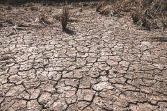 Οι ρωγμές που προκαλούνται επίγειες την ξηρασία που προκαλείται από από τις ελλείψεις νερού στοκ εικόνες
