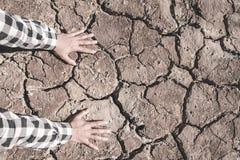 Οι ρωγμές που προκαλούνται επίγειες την ξηρασία που προκαλείται από από τις ελλείψεις νερού στοκ εικόνα