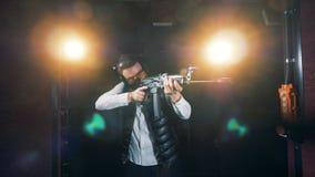 Οι σκοπευτές χρησιμοποιούν ένα τουφέκι στην πρακτική σε μια σειρά πυροβολισμού 4K απόθεμα βίντεο