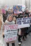 Οι συμμετέχοντες το Μάρτιο των 2019 γυναικών συναθροίζουν δημόσια το τετράγωνο στο Κλίβελαντ, Οχάιο, ΗΠΑ στοκ φωτογραφία με δικαίωμα ελεύθερης χρήσης