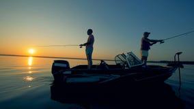 Οι ψαράδες πιάνουν τα ψάρια το βράδυ, χρησιμοποιώντας τις ειδικές ράβδους 4K φιλμ μικρού μήκους