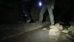 Οι ταξιδιώτες εξερευνούν τη σκοτεινή σπηλιά απόθεμα βίντεο