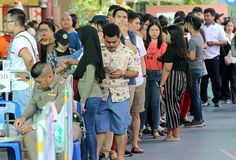 Οι ταϊλανδικοί ψηφοφόροι περιμένουν στη σειρά κατά τη διάρκεια της προόδου που ψηφίζεται στοκ εικόνα