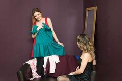 Οι φίλοι συμβουλεύουν ποιο φόρεμα είναι καλύτερο να φορέσει κατά μια ημερομηνία στοκ εικόνα με δικαίωμα ελεύθερης χρήσης