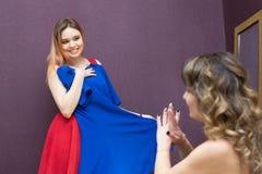 Οι φίλοι συμβουλεύουν ποιο φόρεμα είναι καλύτερο να φορέσει κατά μια ημερομηνία στοκ εικόνα