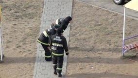 Οι πυροσβέστες τύπων θερμαίνουν στην κατάρτιση πρίν περνούν τα πρότυπα στις ασκήσεις, BOBRUISK, ΛΕΥΚΟΡΩΣΊΑ 27 02 19 φιλμ μικρού μήκους