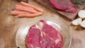 Ολίσθηση προς ένα ακατέργαστο χοντρό κομμάτι του κρέατος βόειου κρέατος φιλμ μικρού μήκους