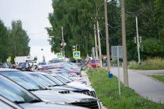 Ολοκαίνουργια αυτοκίνητα στο μέρος οχημάτων αντιπροσώπων αποθεμάτων Νέα αγορά αυτοκινήτων στοκ εικόνες με δικαίωμα ελεύθερης χρήσης
