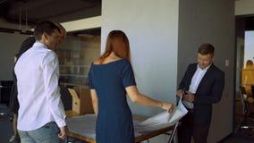 Ομάδα αρχιτεκτόνων που εργάζονται σε ένα νέο πρόγραμμα απόθεμα βίντεο