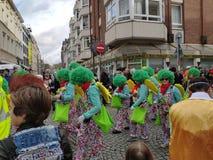 Ομάδα με την πράσινη τρίχα στην παρέλαση καρναβαλιού στοκ εικόνα