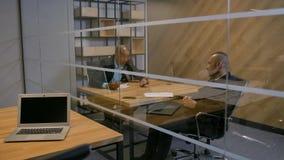 Ομάδα των aframerican και καυκάσιων επιχειρηματιών στην αίθουσα συνεδριάσεων φιλμ μικρού μήκους
