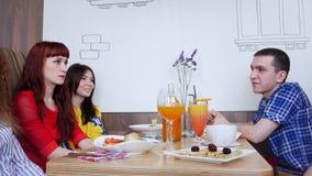 Ομάδα φίλων που κάθονται σε έναν καφέ και μια ομιλία Τρόφιμα και ποτά στον πίνακα απόθεμα βίντεο