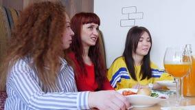 Ομάδα φίλων που κάθονται σε έναν καφέ, μια ομιλία και ένα γέλιο φιλμ μικρού μήκους